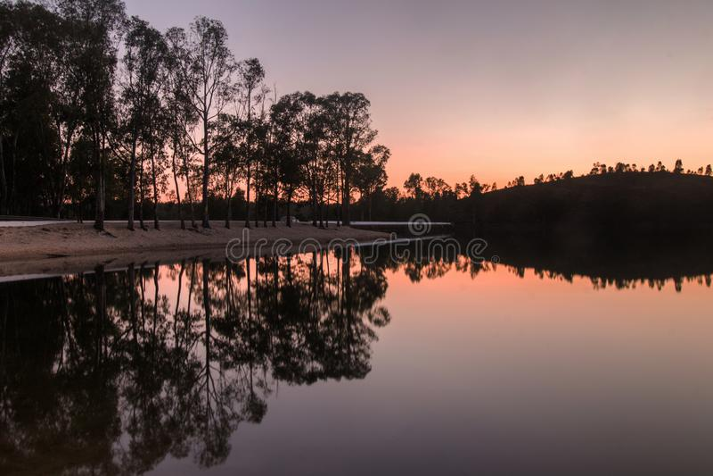Praia fluvial de Mina Sao Domingos perto de Mertola, Portugal imagem de stock royalty free
