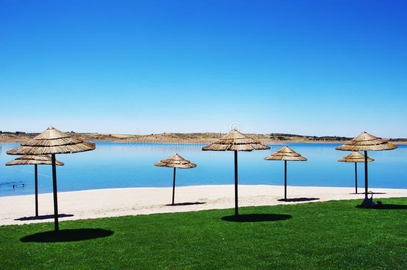 Praia fluvial no lago do alqueva, Portugal imagem de stock