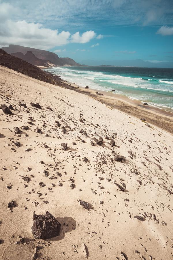 Praia grande Dunas de arena espectaculares, olas oceánicas y piedras volcánicas negras Paisaje estéril de Calhau, sao Vicente imagenes de archivo