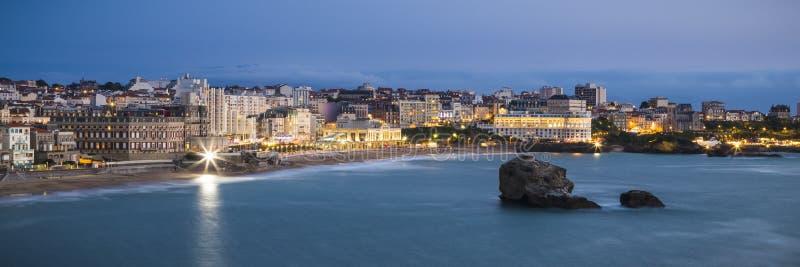 Praia grandioso do Plage de Biarritz no crepúsculo foto de stock royalty free