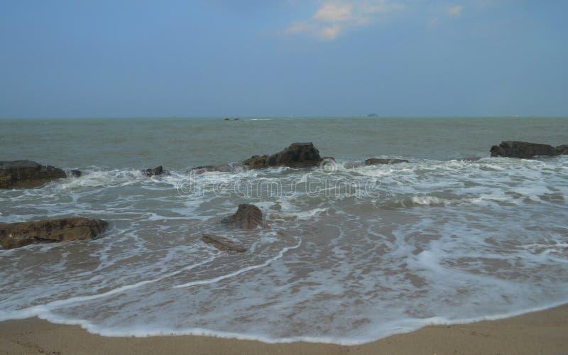 A praia infame na região de Sungai Liat, ilha de Citonga de Bangka de Indonésia foto de stock