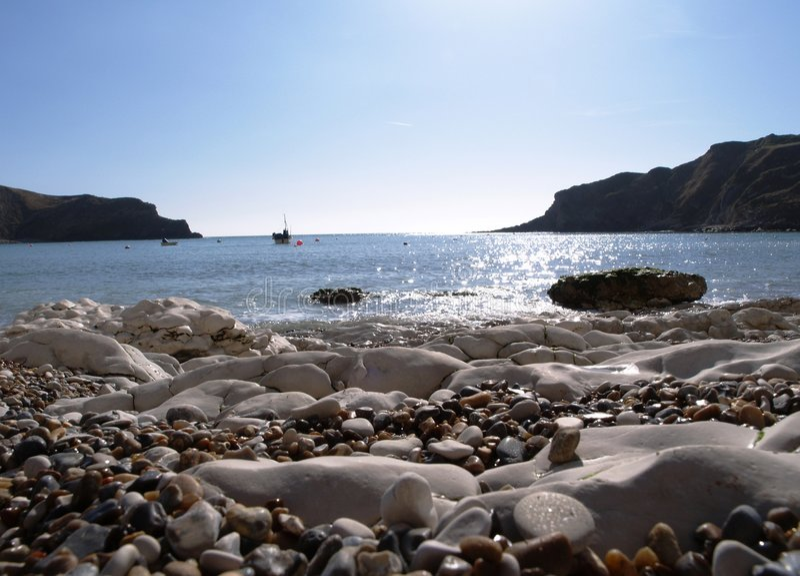 Praia inglesa com rochas fotografia de stock