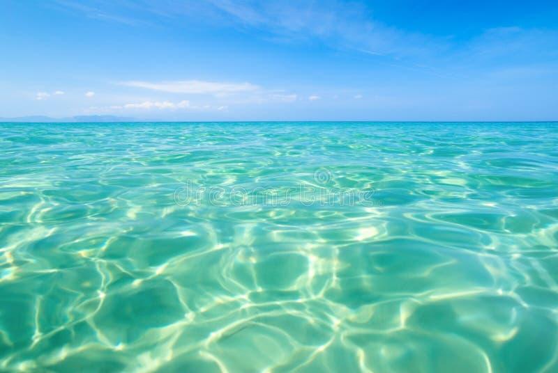 Praia isolada do paraíso com águas desobstruídas calmas fotos de stock
