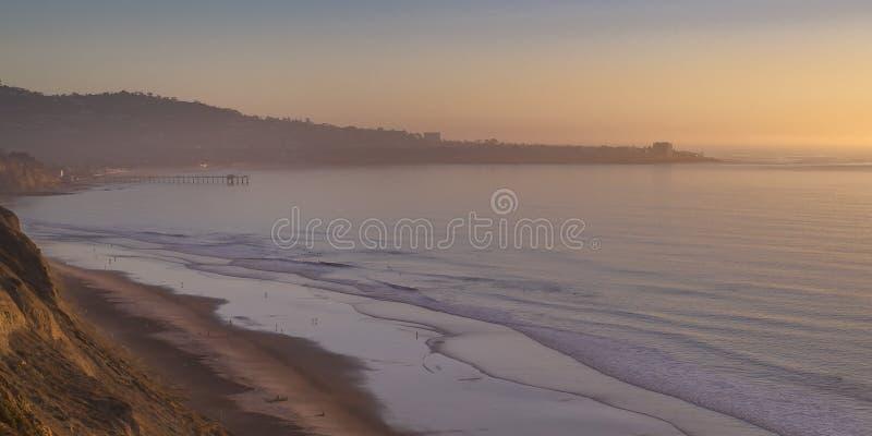 Praia isolado dos pretos em San Diego no por do sol fotografia de stock