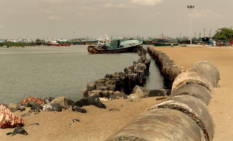 A praia karaikal com linha abandonada da tubulação imagens de stock