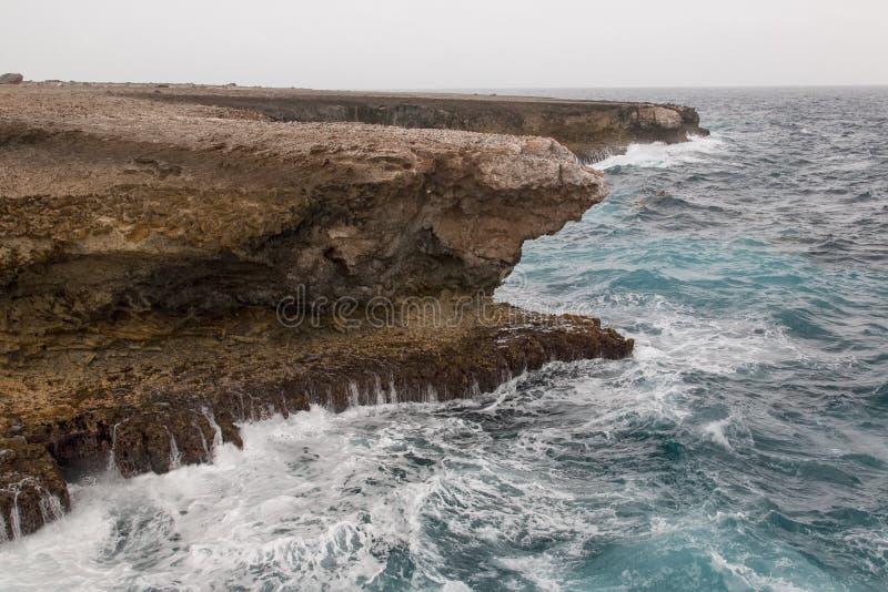 Praia lateral selvagem do oceano fotos de stock royalty free