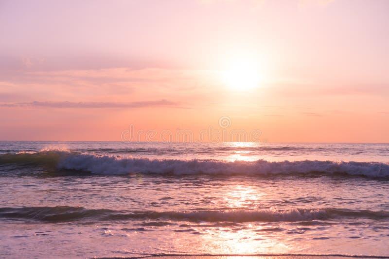 Praia limpa da natureza tropical e areia branca no ver?o com luz do sol - fundo do c?u azul e do bokeh fotografia de stock