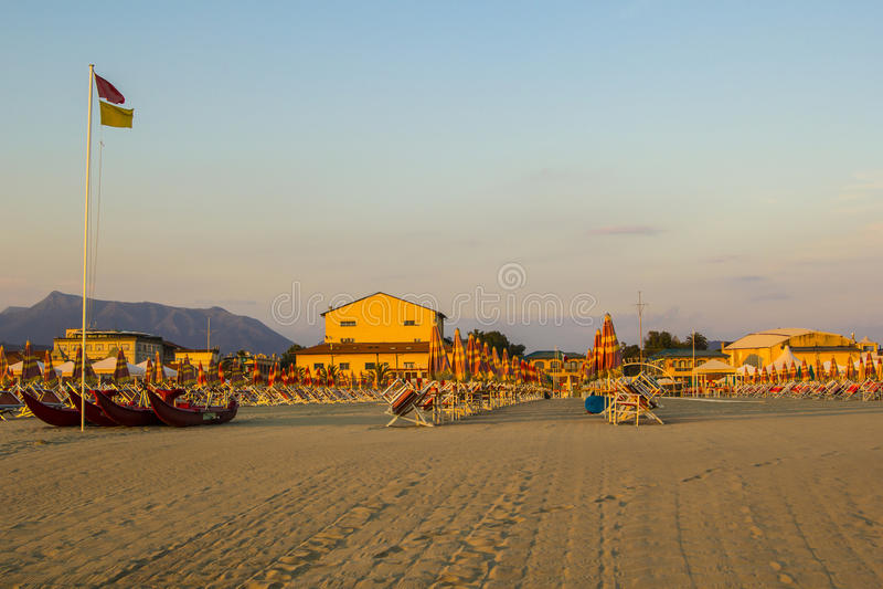 Praia limpa e confortável em Viareggio em Toscânia no por do sol fotografia de stock