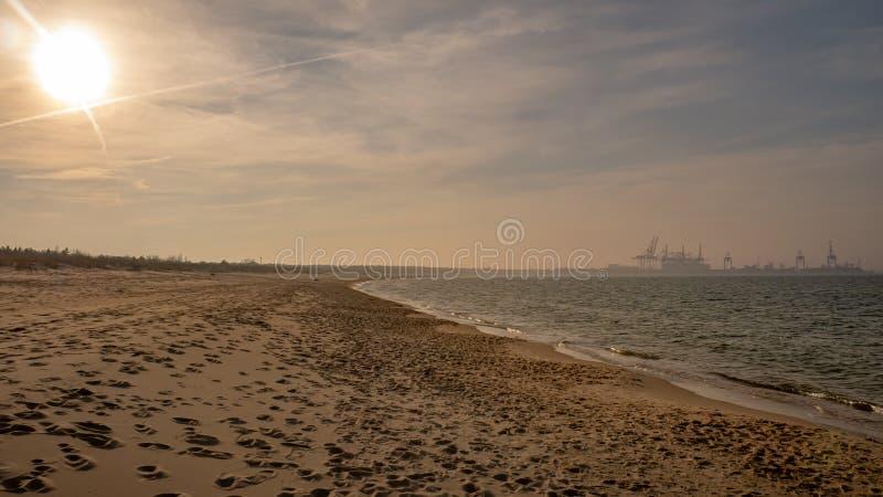 Praia limpa vazia longa de Stogi da areia em Gdansk, Polônia imagem de stock