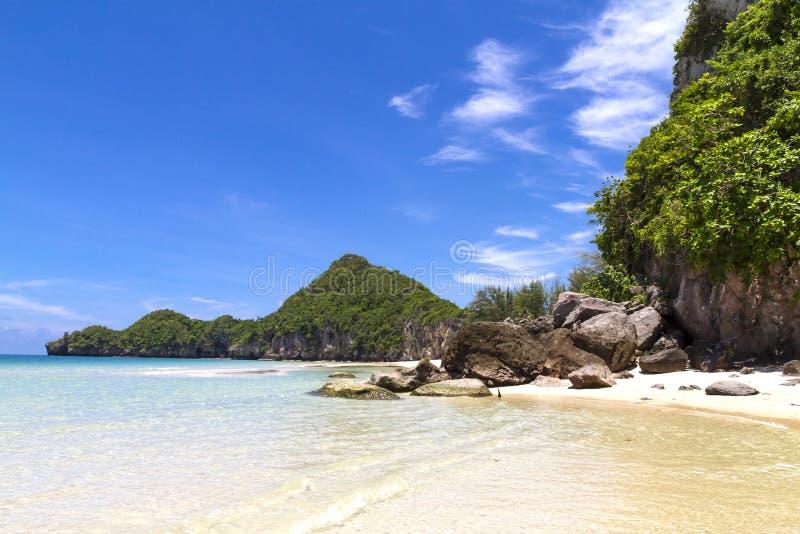 Praia linda com céu azul na baía de Tungsang fotografia de stock