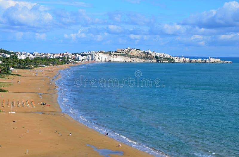 Praia longa e larga na cidade de Vieste fotos de stock royalty free