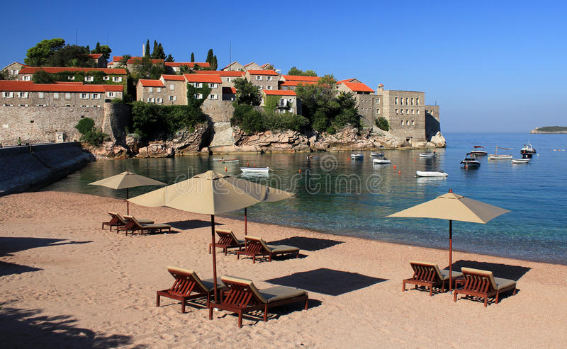 Praia luxuosa - Sveti Stefan, Montenegro foto de stock