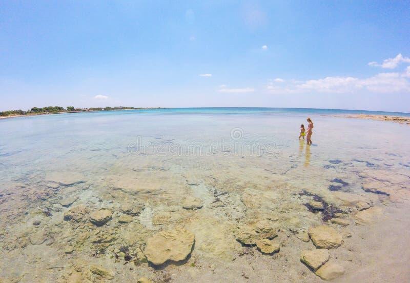 Praia maravilhosa com água claro em Salento, Puglia, Itália fotografia de stock royalty free