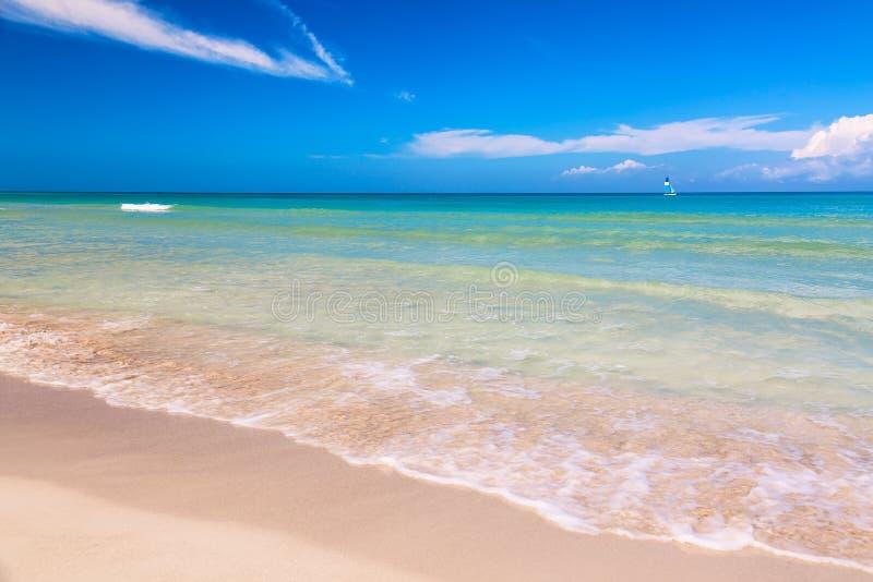 A praia maravilhosa tropical de Varadero em Cuba com veleiro em um dia ensolarado com água de turquesa e o céu azul férias fotos de stock royalty free