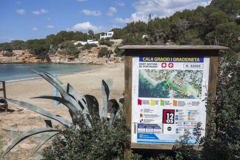 Praia mediterrânea, Cala Gracio, cidade de Sant Antoni, Ibiza foto de stock