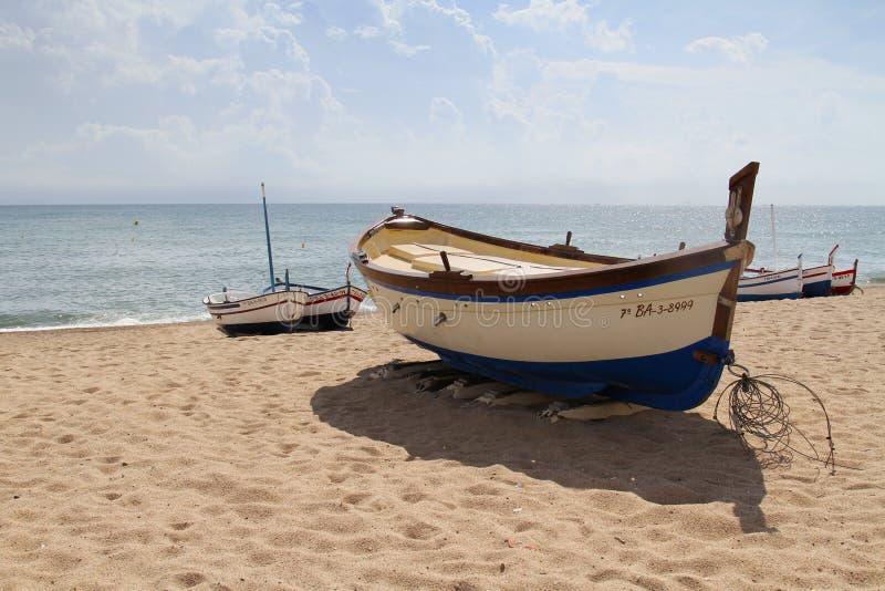 Praia mediterrânea dos barcos de pesca em Calella imagem de stock