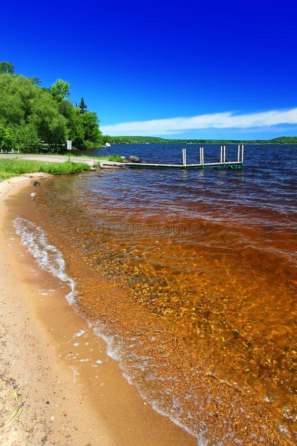 Praia Michigan de Gogebic do lago foto de stock royalty free