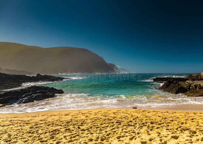 Praia na boca de rio das tempestades no Oceano Índico fotos de stock royalty free