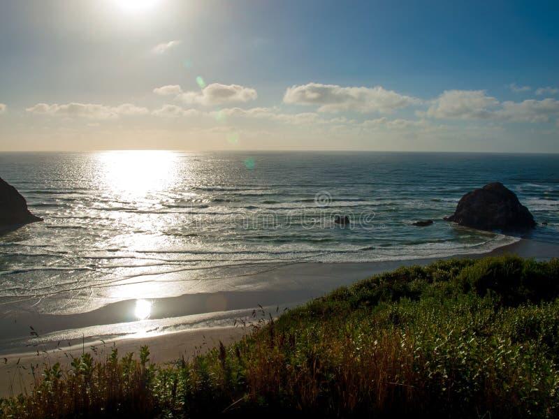 A praia na costa de Oregon negligencia no pôr do sol imagens de stock royalty free
