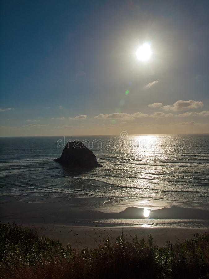 A praia na costa de Oregon negligencia no pôr do sol fotografia de stock royalty free
