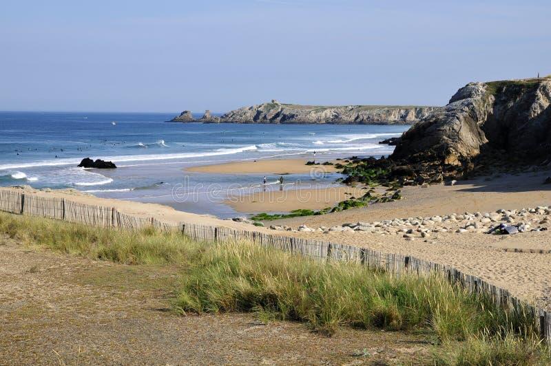 Praia na costa selvagem em Quiberon imagem de stock