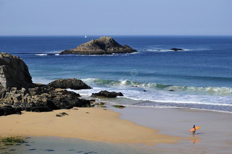 Praia na costa selvagem em Quiberon fotos de stock