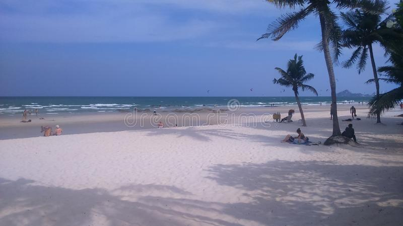 A praia na frente do hotel imagem de stock royalty free