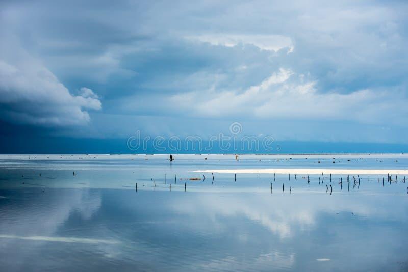 Praia na ilha de Zanzibar durante a estação das chuvas imagens de stock royalty free