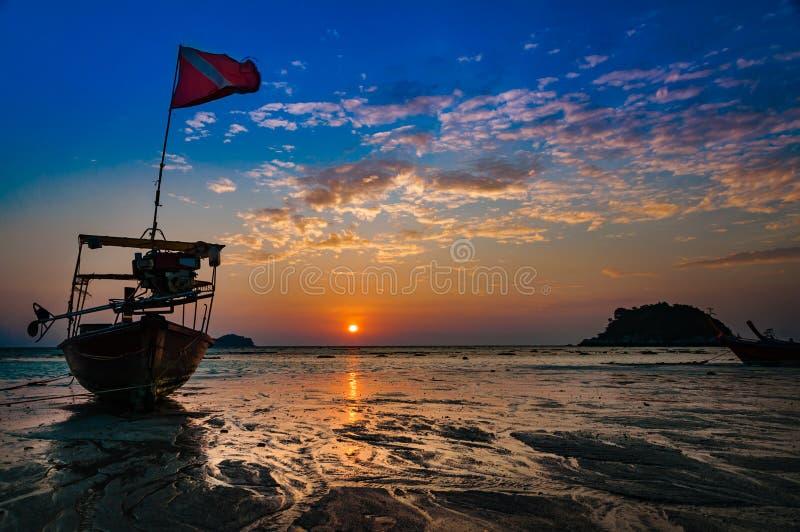 Praia na manhã Tempo do alvorecer durante o nascer do sol com tradicional imagem de stock