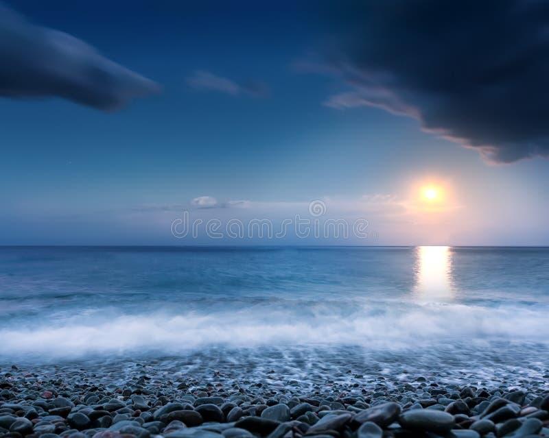 Praia na noite fotografia de stock royalty free