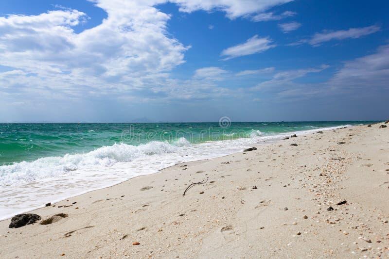 Praia na província de Krabi em Tailândia Água do mar de turquesa com a onda branca da espuma na praia com a areia limpa branca no fotografia de stock royalty free