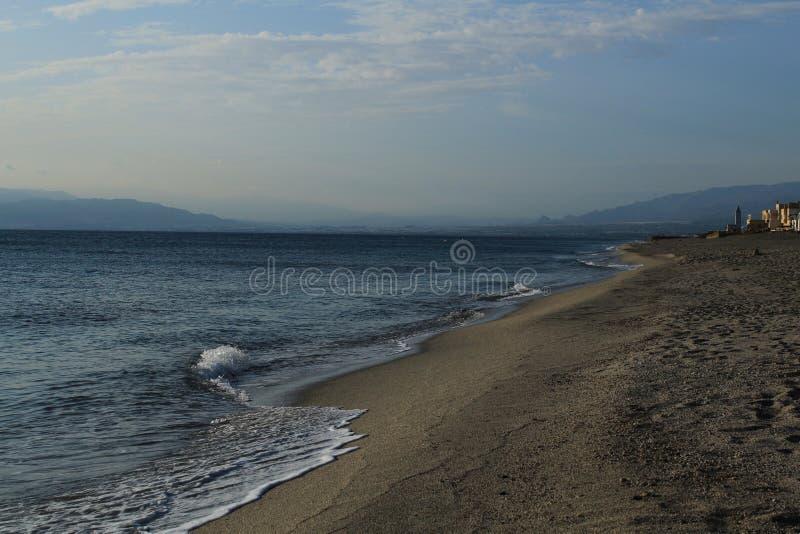 Praia na tarde no verão fotos de stock