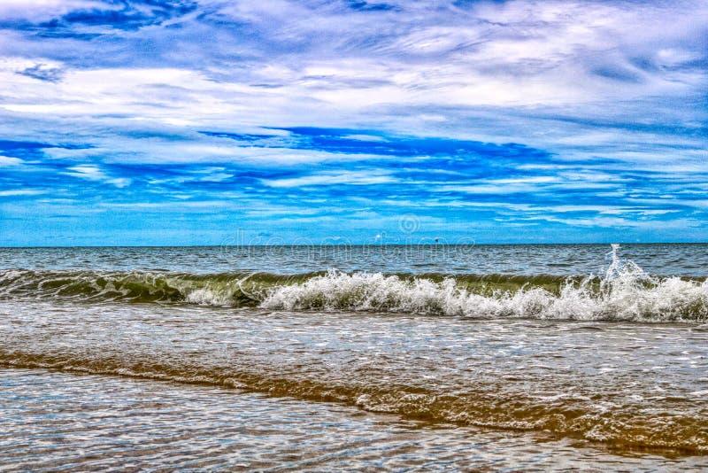 A praia natural da proibição Krut em Tailândia fotos de stock royalty free