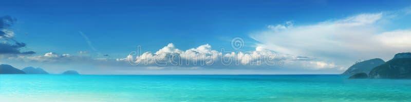Praia nebulosa fotografia de stock