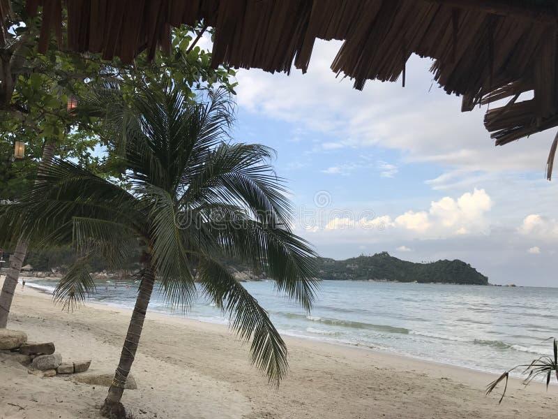 Praia no céu nebuloso imagem de stock royalty free