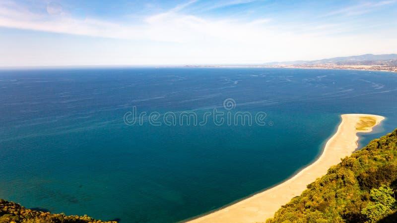 A praia no Capo Tindari, Sicília imagem de stock royalty free