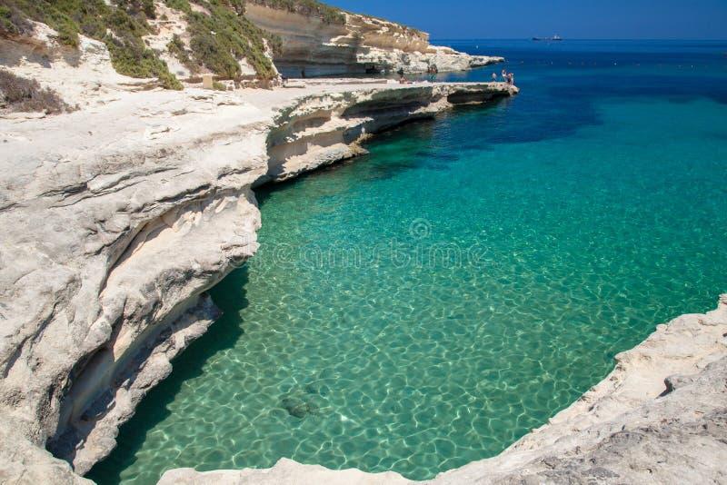 Praia no inverno, Malta da rocha imagens de stock royalty free