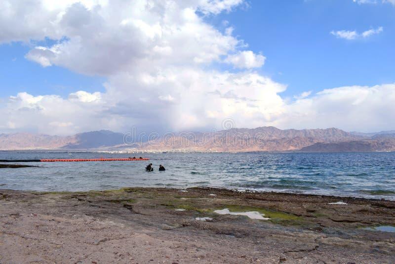 Praia no izrael com uma vista de Jordão foto de stock