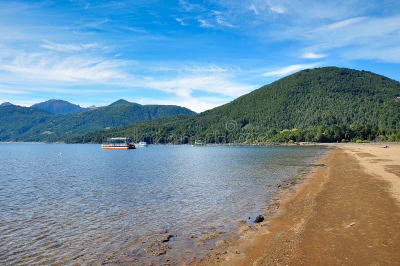 Praia no lago Villarrica, o Chile fotografia de stock royalty free