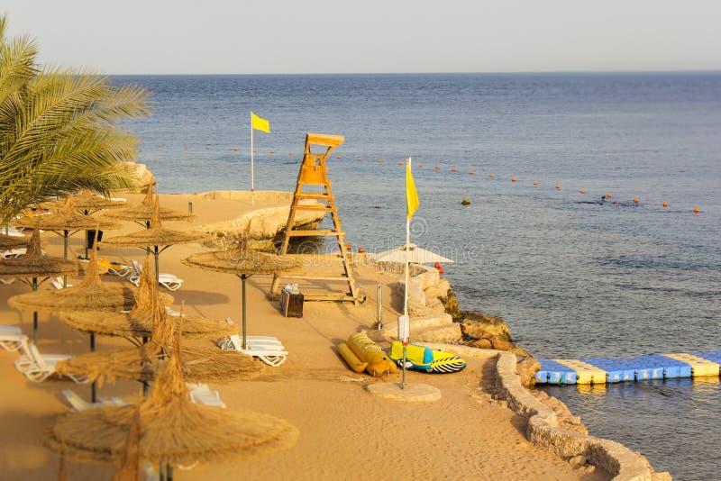 Praia no mar sem os povos na noite imagens de stock