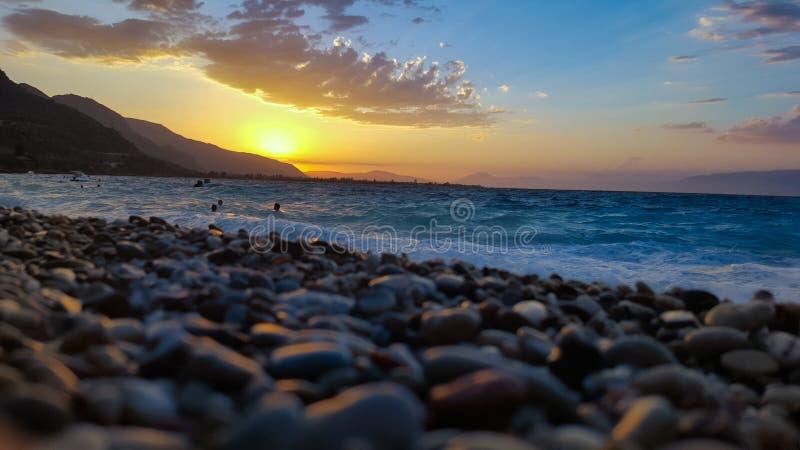 Praia no por do sol fotografia de stock