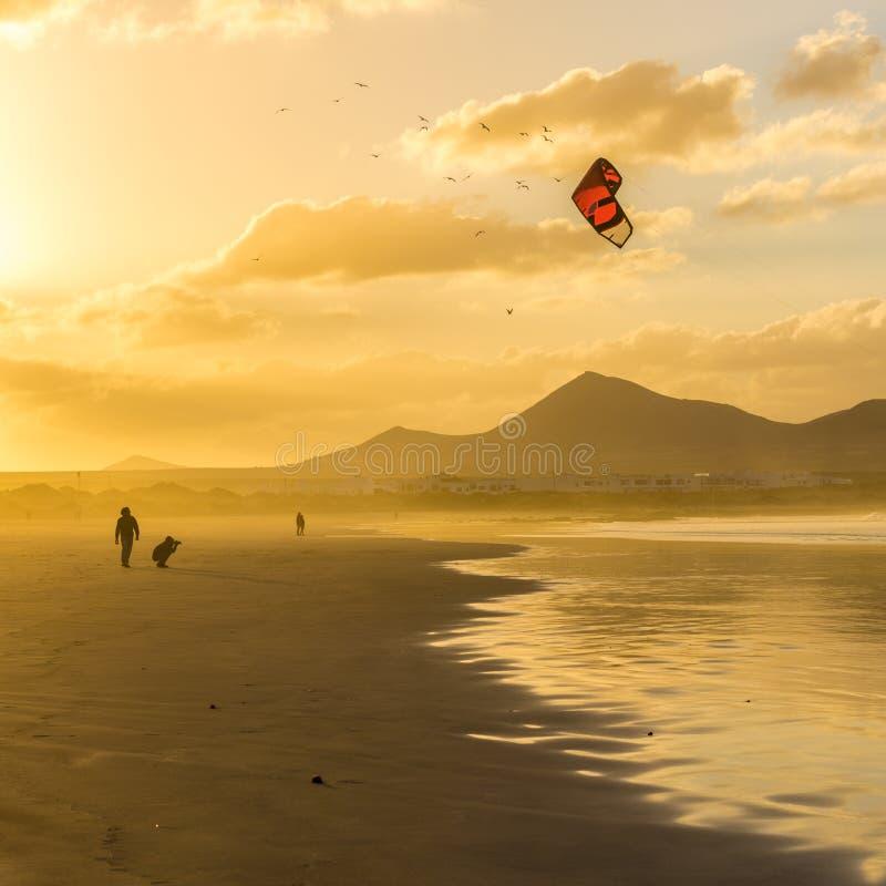 Praia no por do sol, Lanzarote de Famara, Ilhas Canárias, Espanha fotos de stock royalty free