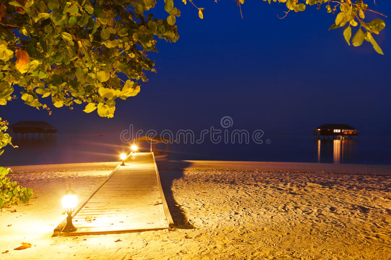 Praia no por do sol - Maldives do molhe fotos de stock