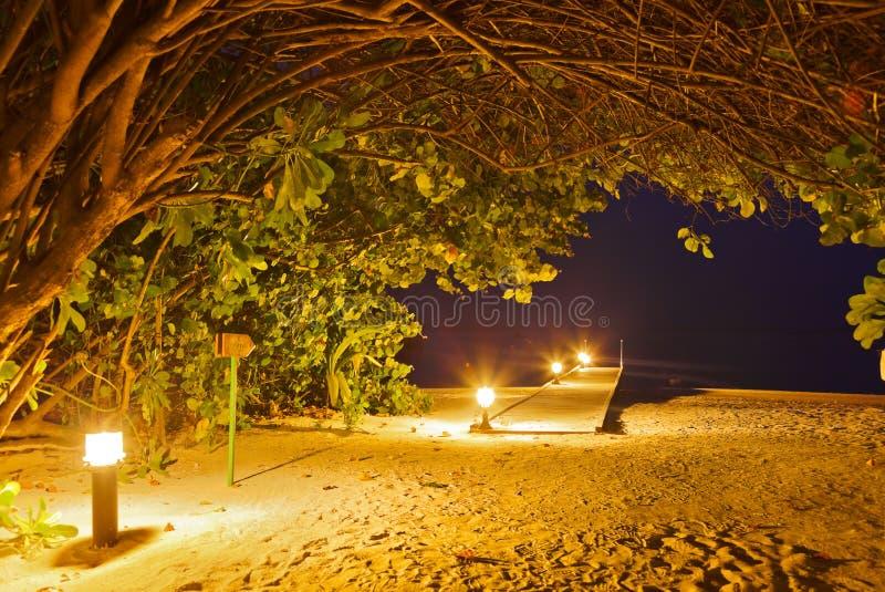 Praia no por do sol - Maldives do molhe imagem de stock