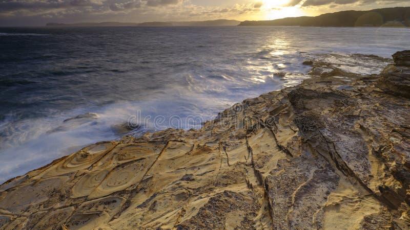 Praia no por do sol, parque nacional da massa de vidraceiro de Bouddi, costa central, NSW, Austr?lia imagens de stock