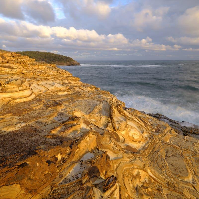 Praia no por do sol, parque nacional da massa de vidraceiro de Bouddi, costa central, NSW, Austr?lia imagem de stock