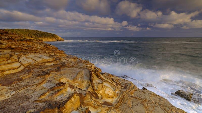 Praia no por do sol, parque nacional da massa de vidraceiro de Bouddi, costa central, NSW, Austr?lia fotografia de stock