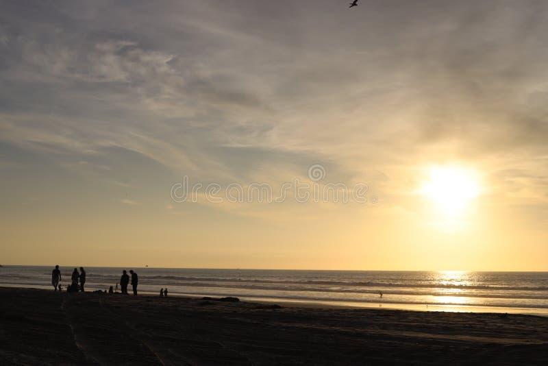 Praia no por do sol imagens de stock royalty free