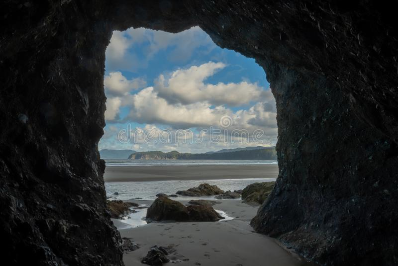 Praia noroeste pac?fica vista do interior da caverna do mar foto de stock royalty free