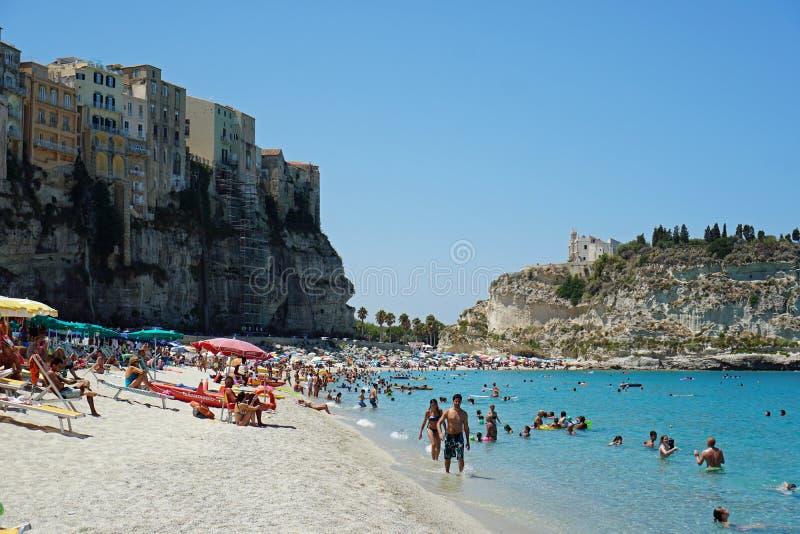 Praia pública em Tropea, Calábria, Itália Vista do Norte foto de stock royalty free